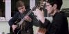Julius Felbel (15 Jahre) an der Gitarre mit Fachlehrerin Ingrid Walter beim Kultur-Clip per Videoaufnahme. Foto: Steffen Struck